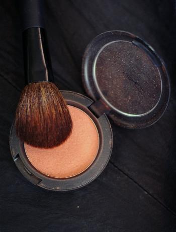 Tvářenka – nezbytný kosmetický pomocník