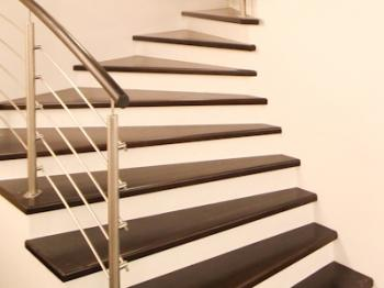 Dřevěné schodiště do domu